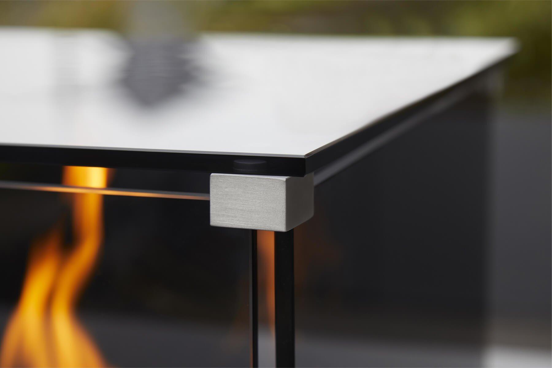 feuersaeule-aus-robustem-edelstahl-mit-geschlossenem-feuer-und-grau-glas