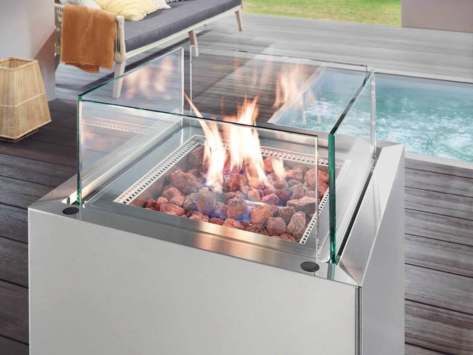 grill-feuerstelle-aus-glas-und-edelstahl