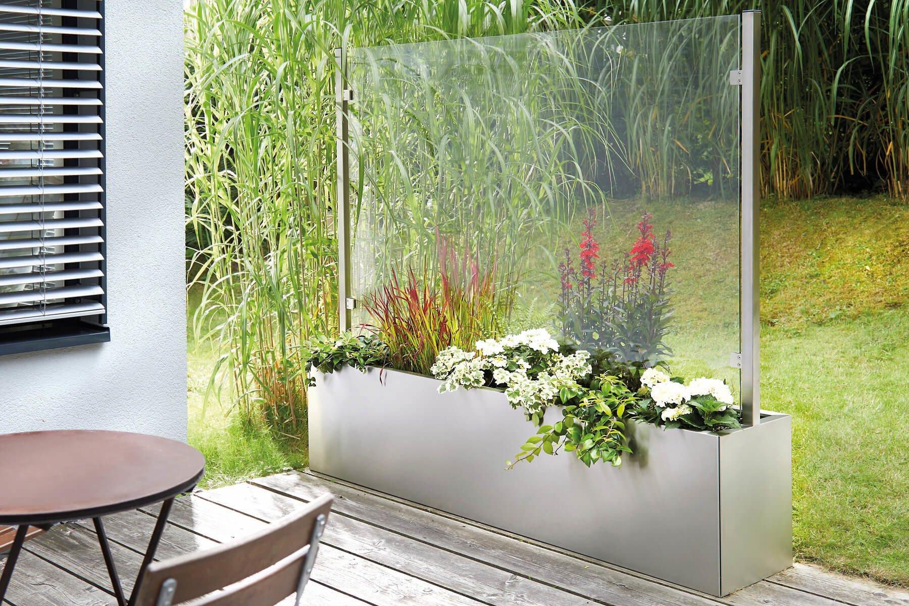 Pflanzkasten mit Wind- und Sichtschutz bepflanzt auf Terrasse