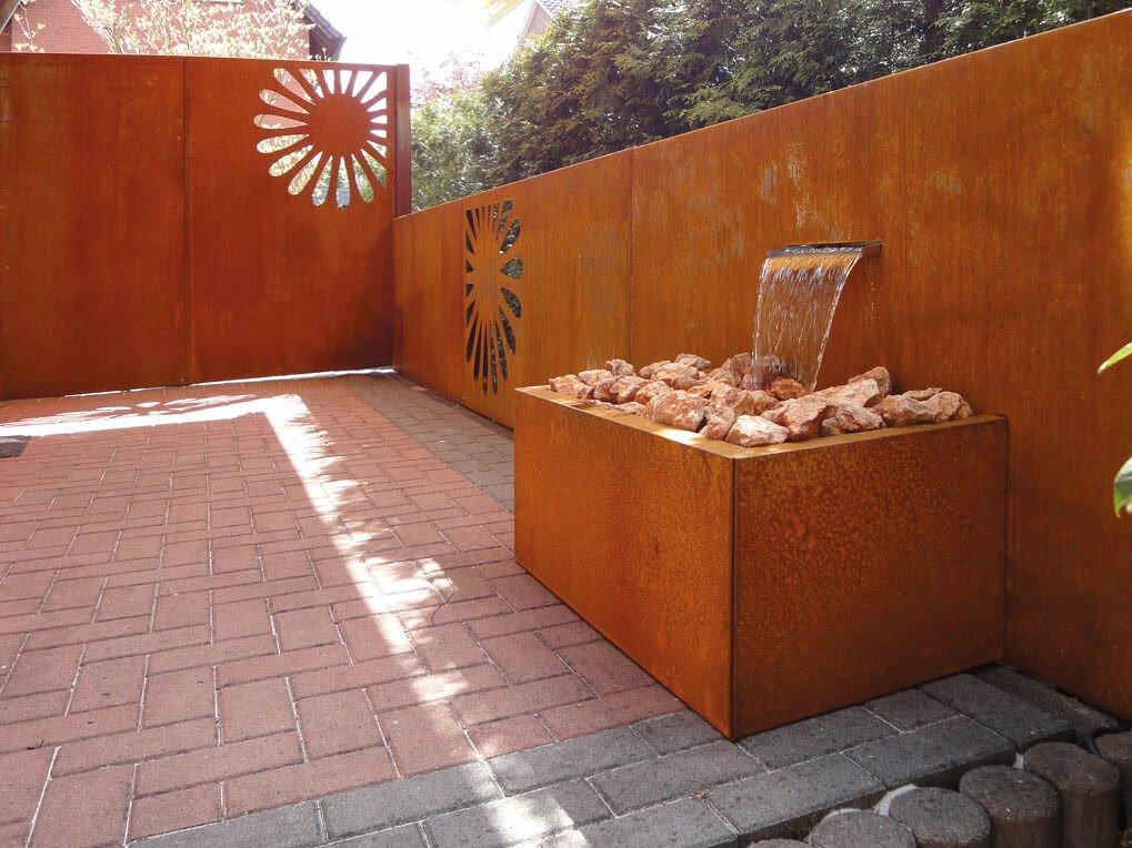 sichtschutz-gartenbrunnen-aus-cortenstahl