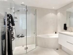 Fünfeckdusche dreiteilig in großem Badezimmer