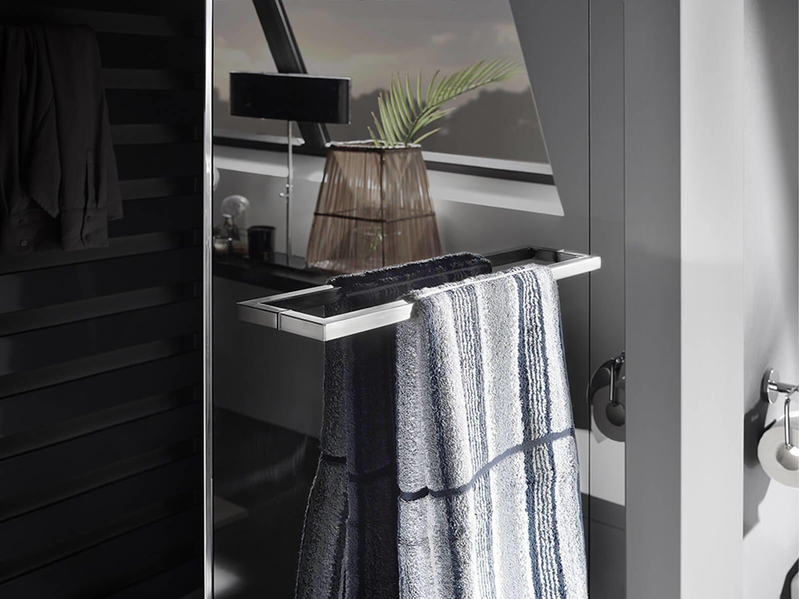 Eckiger Handtuchhalter aus mattem Edelstahl mit Handtuch an dunkelgrauer Duschwand