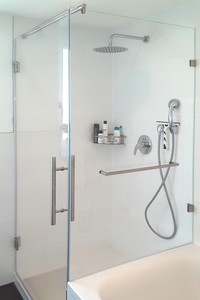 Duschkabine an Wanne mit großer Tür und Festteil inklusive Handtuchhalter