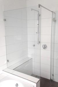 Duschkabine an Wanne mit zwei Festteilen und großer Tür