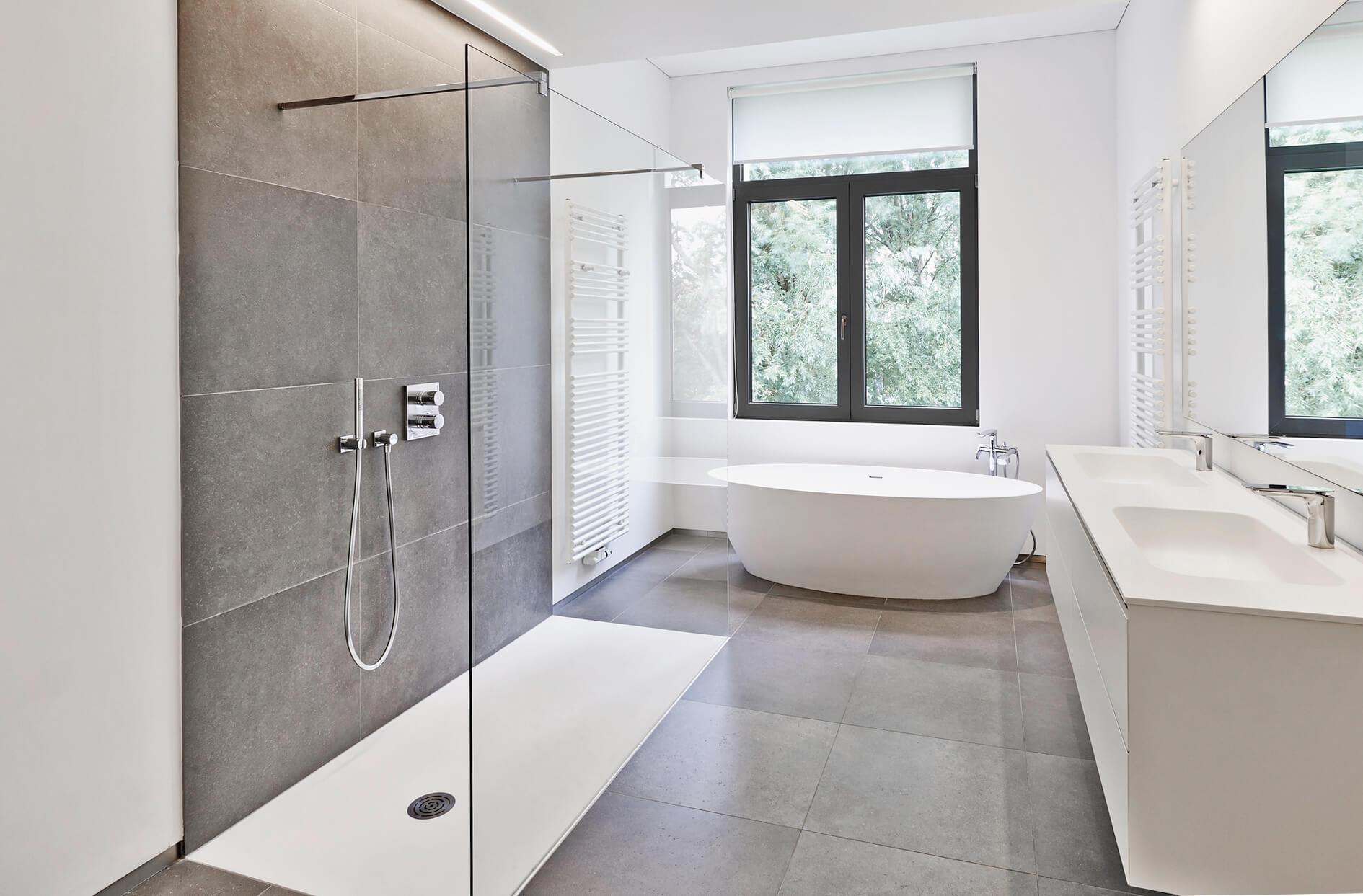 barrierefreie_altersgerechte_rollstuhlgerechte_Walk_In_Dusche_aus_Glas_im_modernen_Badezimmer