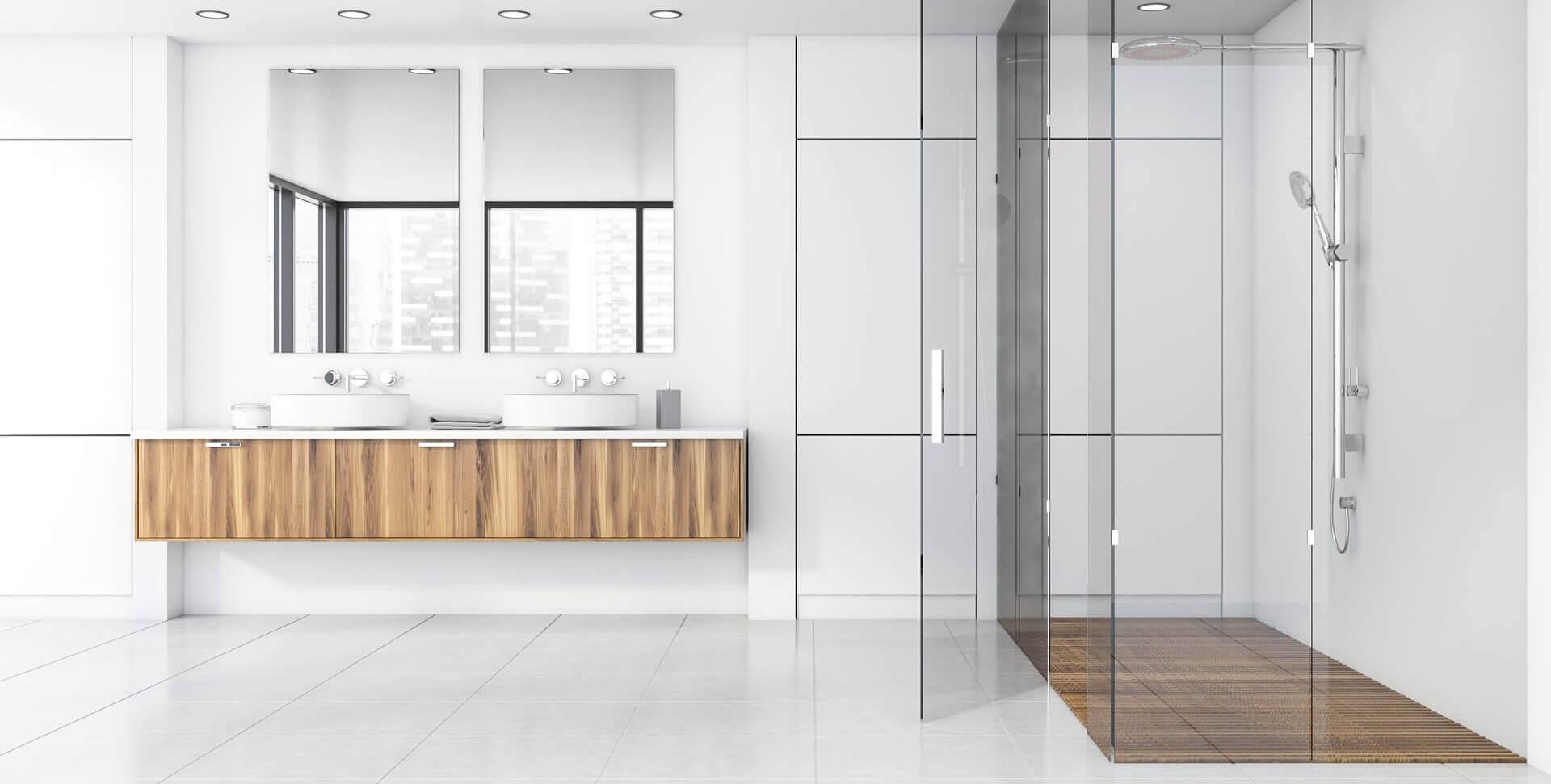 modernes_badezimmer_mit_weissen_fliesen_und_ebenerdiger_dusche_aus_Glas