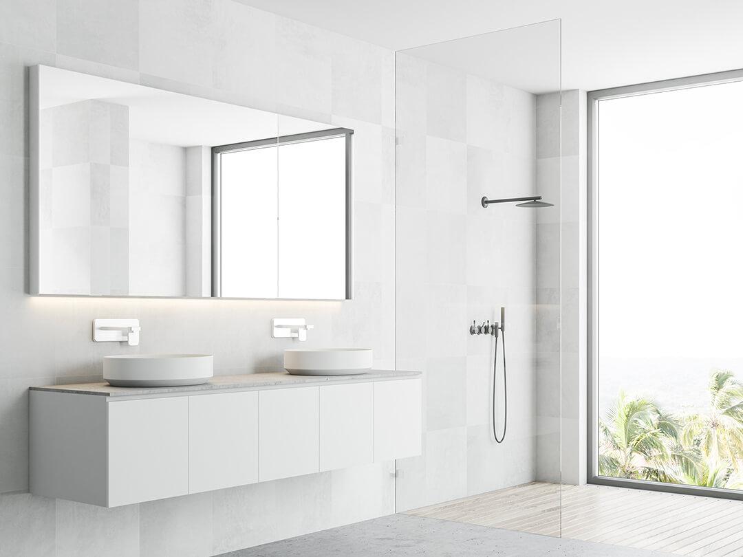 Walk-in-Dusche bestehend aus einer Glaswand in hellem Badezimmer vor dem Fenster
