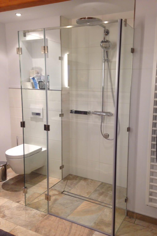 U-Form Dusche mit drei Festteilen und einer Tür