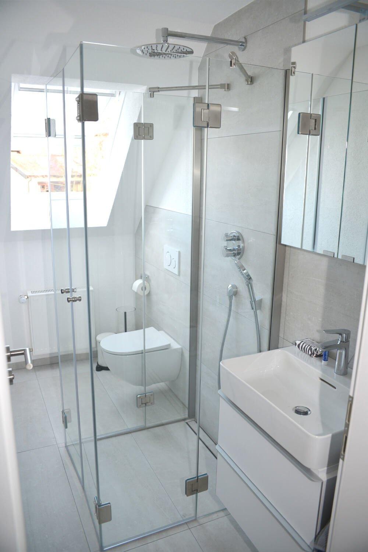 Duschabtrennung faltbar mit zwei Türen und vier Festteilen neben Waschbecken