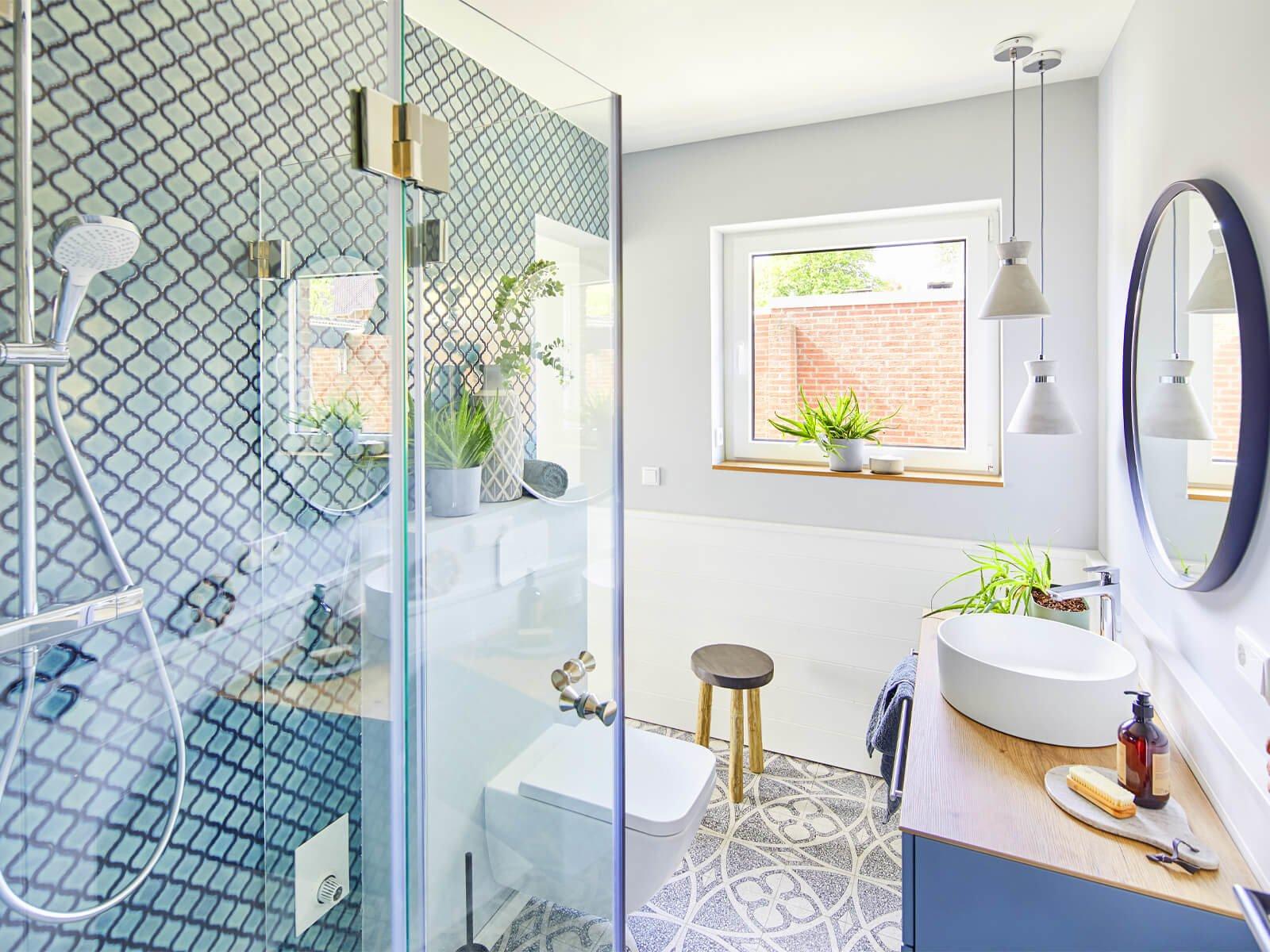 Faltbare Duschkabine als Eckeinbau im Badezimmer