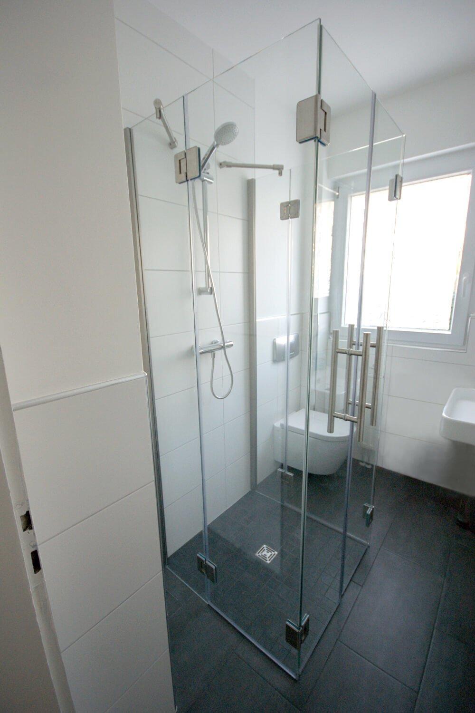 Faltbare Duschkabine mit zwei Türen und vier Festteilen