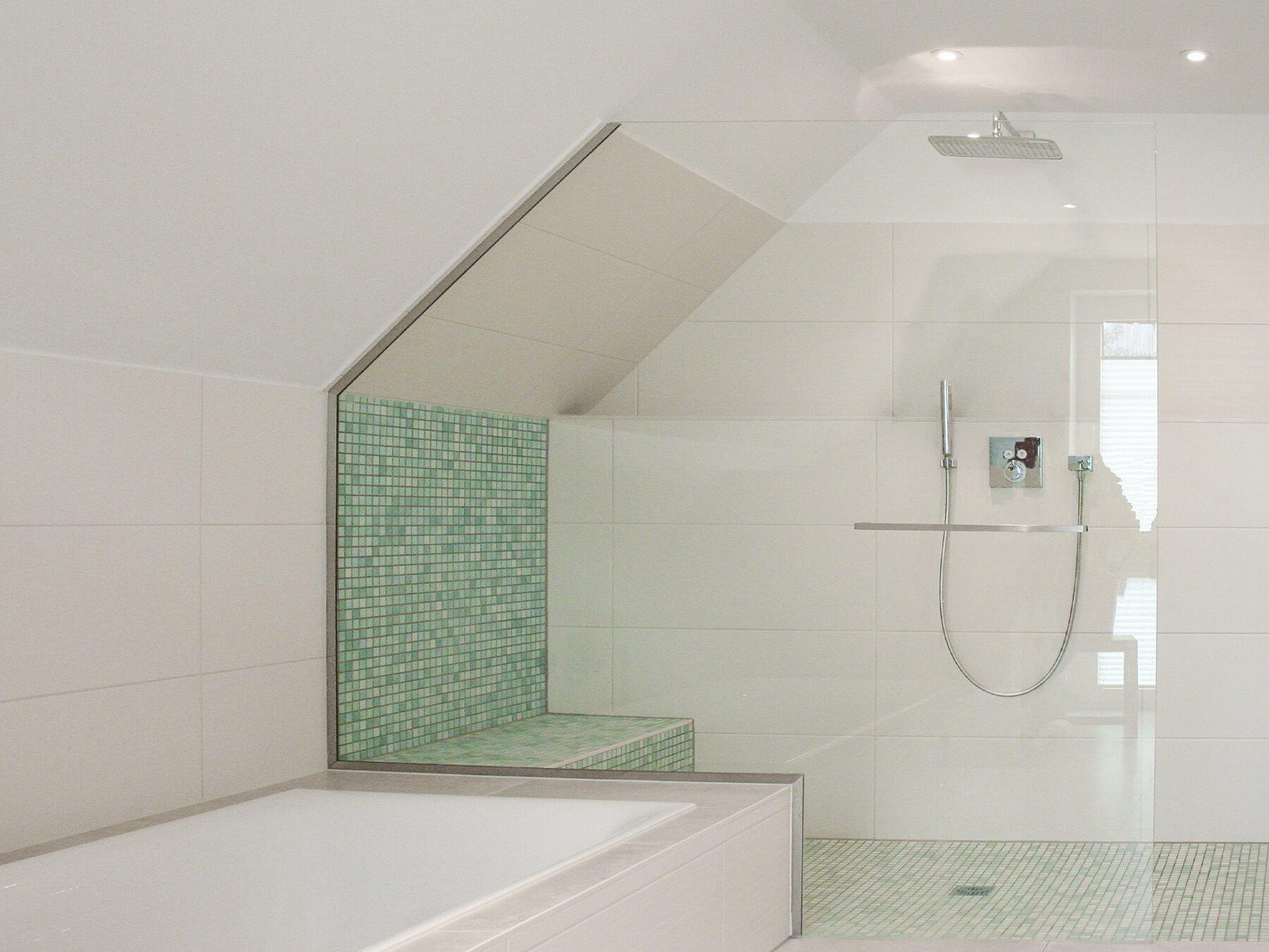 Barrierefreie Dusche mit schrägem Festteil und befliester Sitzfläche
