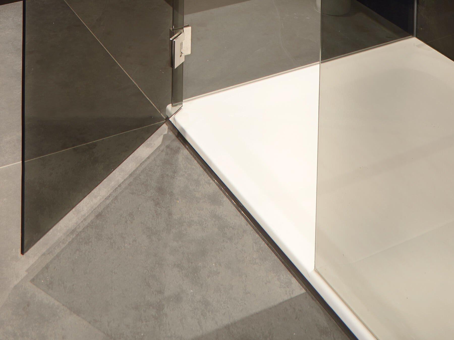 Glasdusche mit Duschtasse und geöffneter Tür aus dunkelgrauem Glas