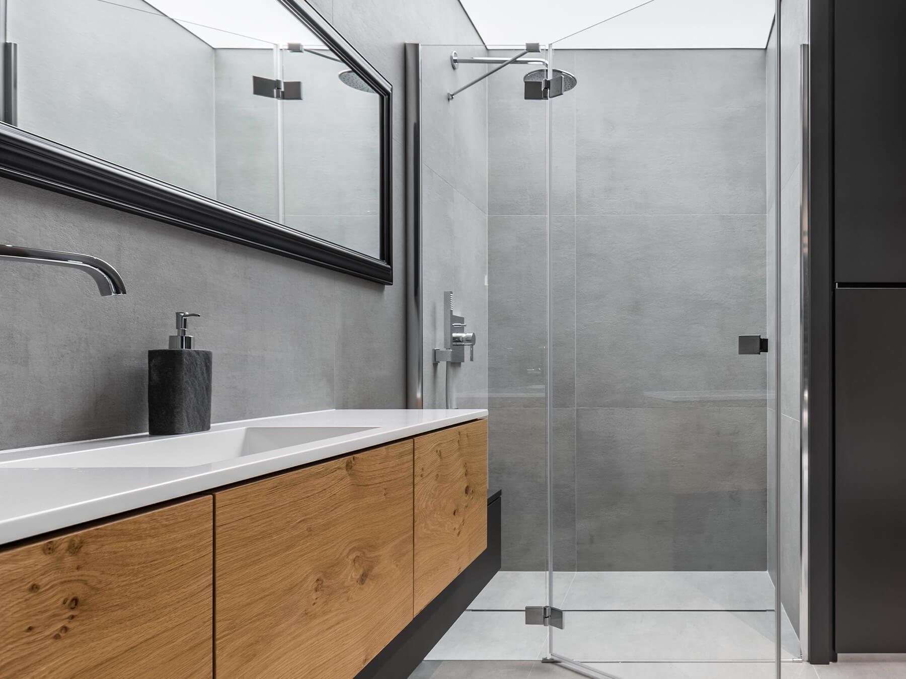 Nischendusche mit einem Festteile und einer Tür in modernem Badezimmer
