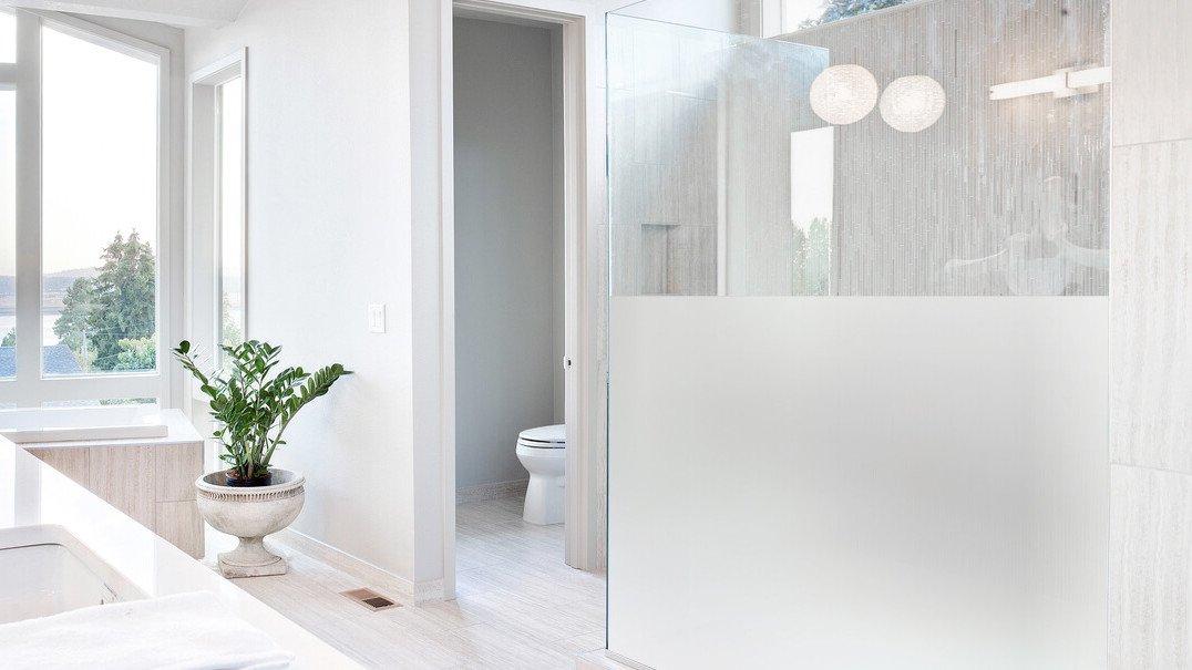 Unterschiedliche Glasarten bei Duschen wie Klarglas, Weißglas, Milchglas, Strukturglas, Spiegelglas oder getöntem Glas