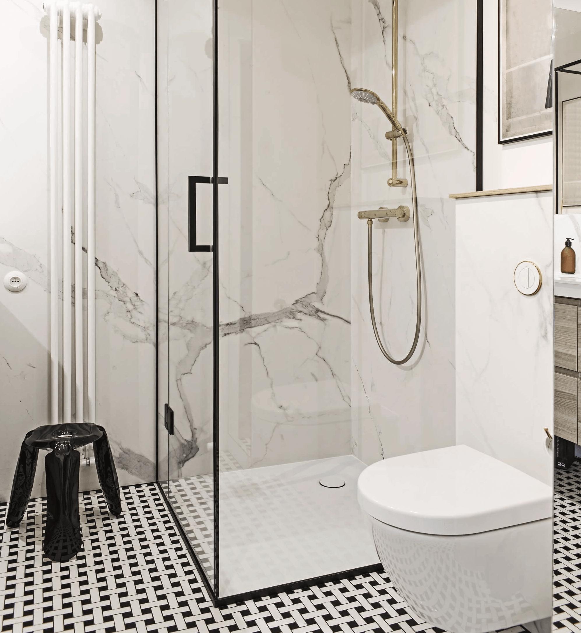 luxuriose_Dusche_aus_Glas_im_kleinen_Badezimmer
