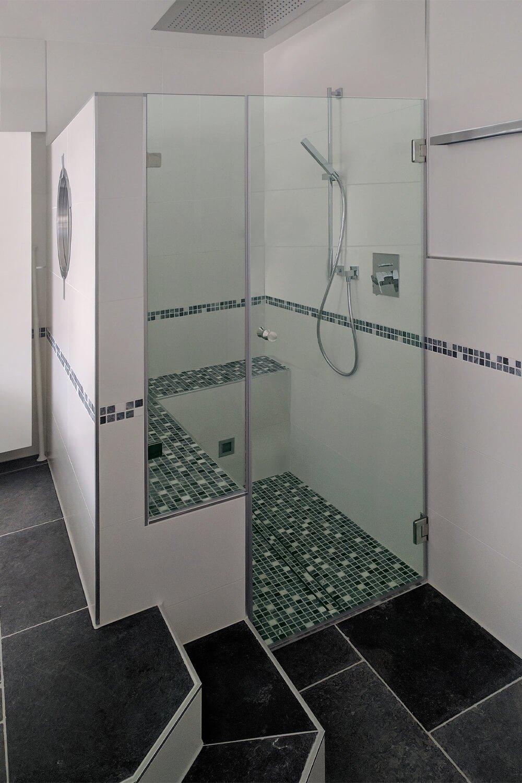Nischendusche mit Festteil und Tür im Bad mit Stufen