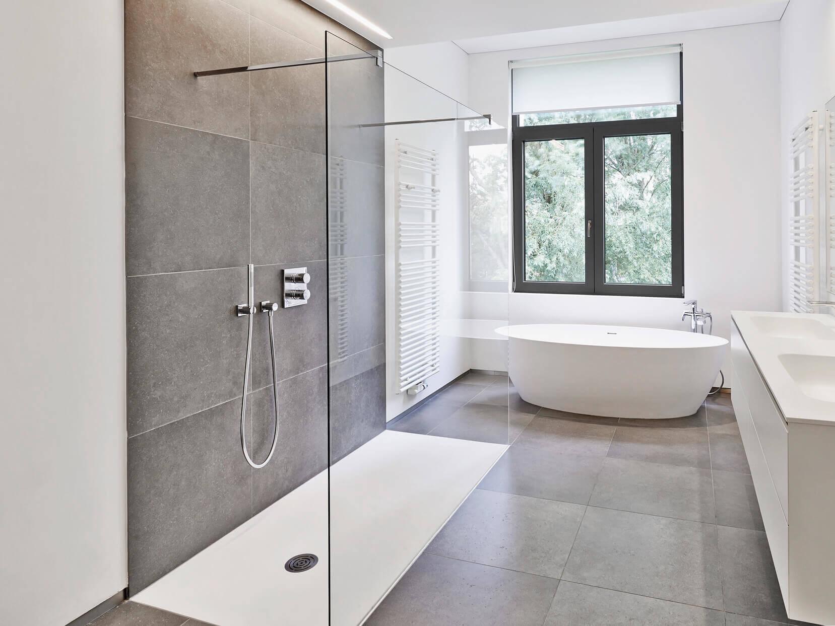 barrierefreie_Walk_In_Dusche_aus_Glas_im_modernen_und_offenen_Badezimmer