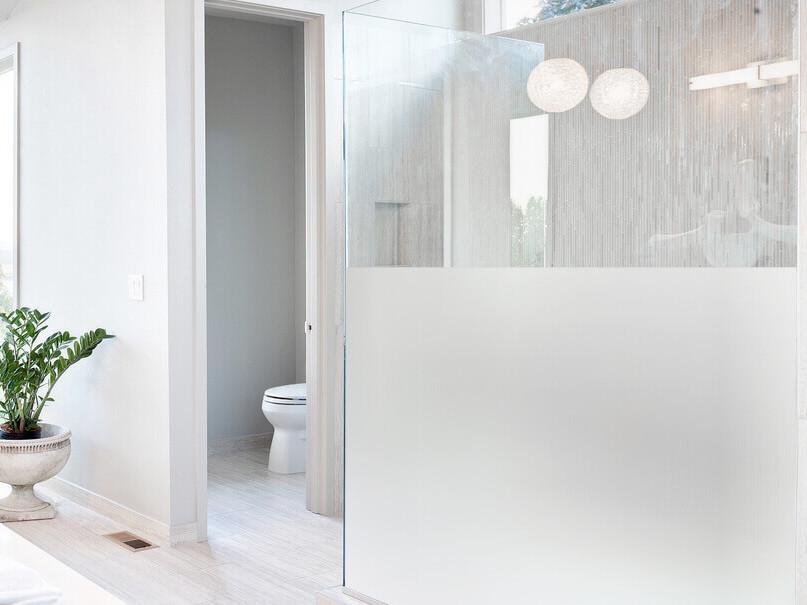 modernes-badezimmer-mit-weissen-fliesen-und-satinierter-glasdusche