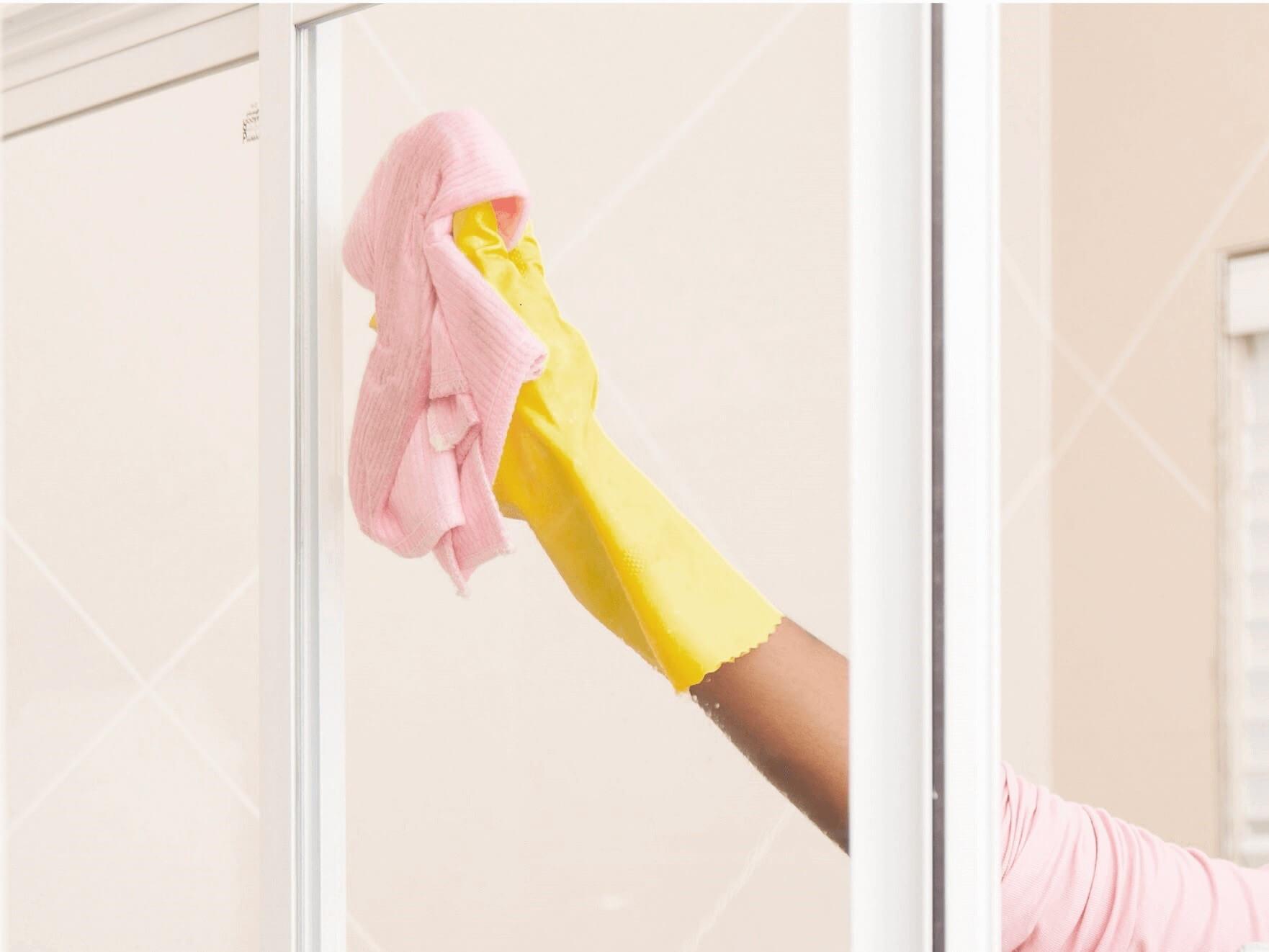 Reinigung der Glasdusche