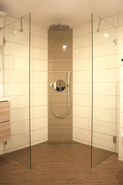 Begehbare Dusche mit zwei getrennten Elementen