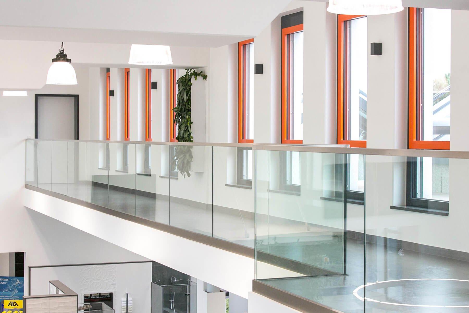 Glasbrüstung mit Edelstahlprofilen für das Büro