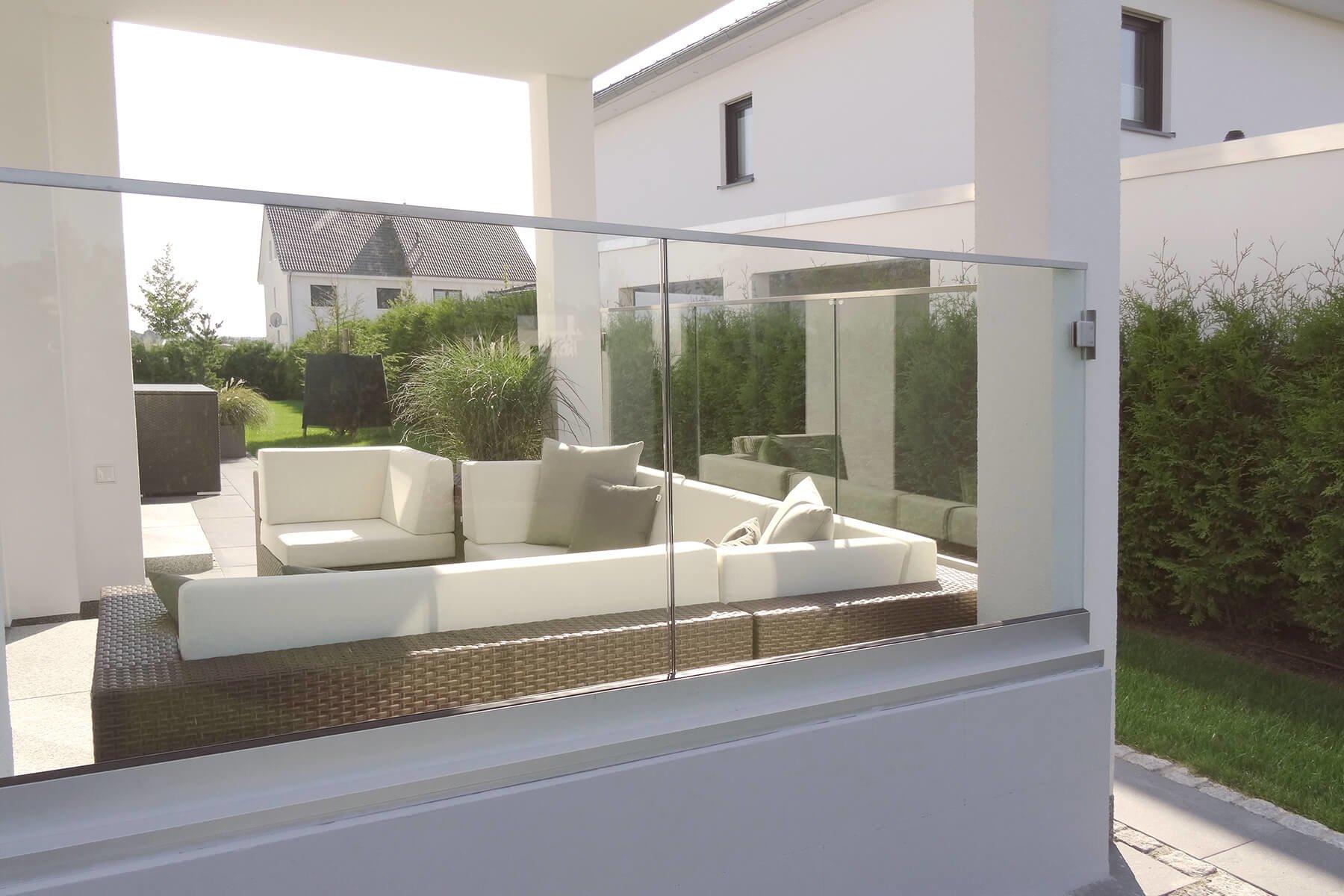 Glasgeländer als Trennelement bestehend aus mehreren Elementen an Terrasse