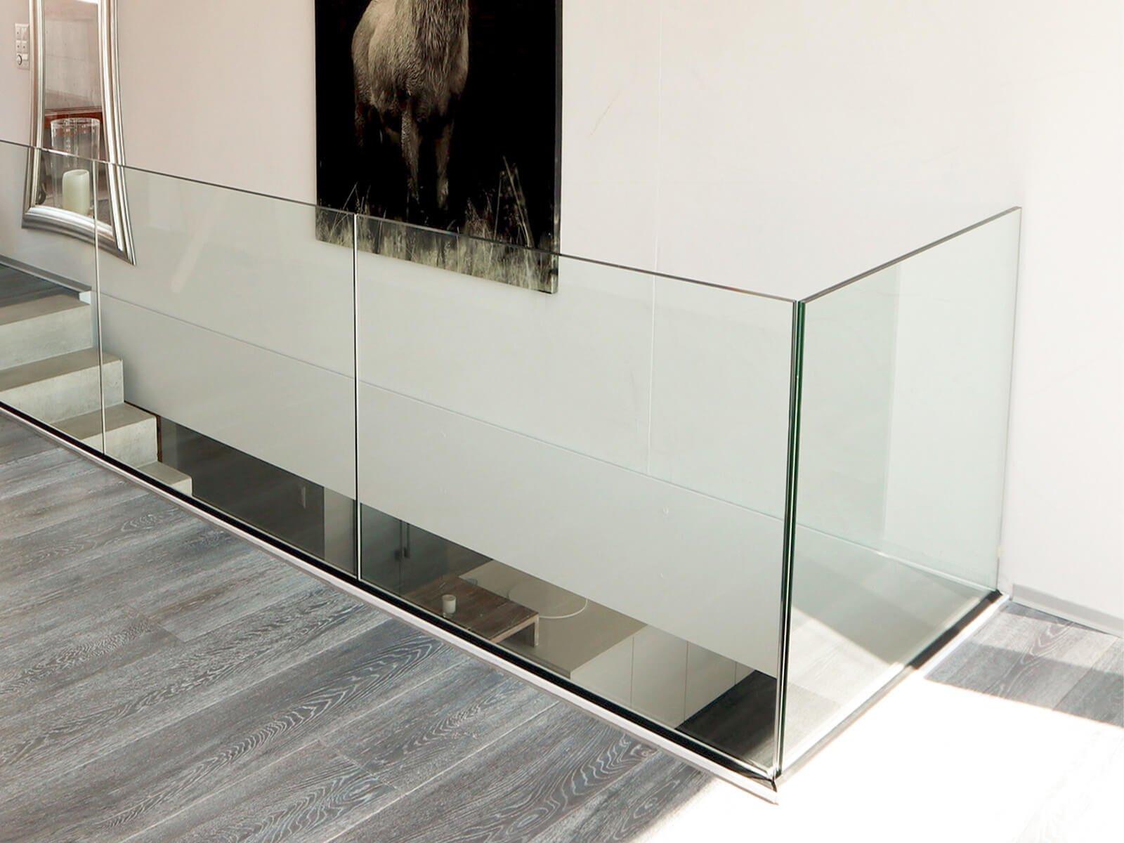 Brüstungsgeländer aus Glas ANTE direkte  Befestigung durch Profilkörper bündig zur Absturzkante