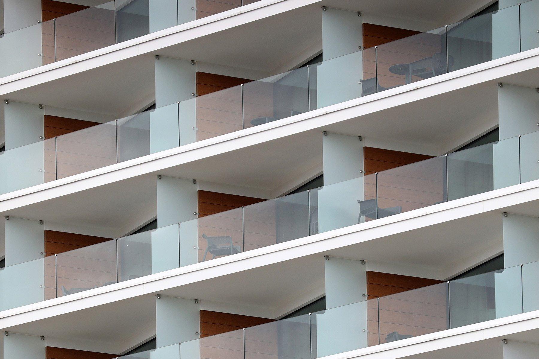 Moderne Hotelanlage mit Glasgeländer ANTE als Absturzsicherung für Balkon und Dachterrasse