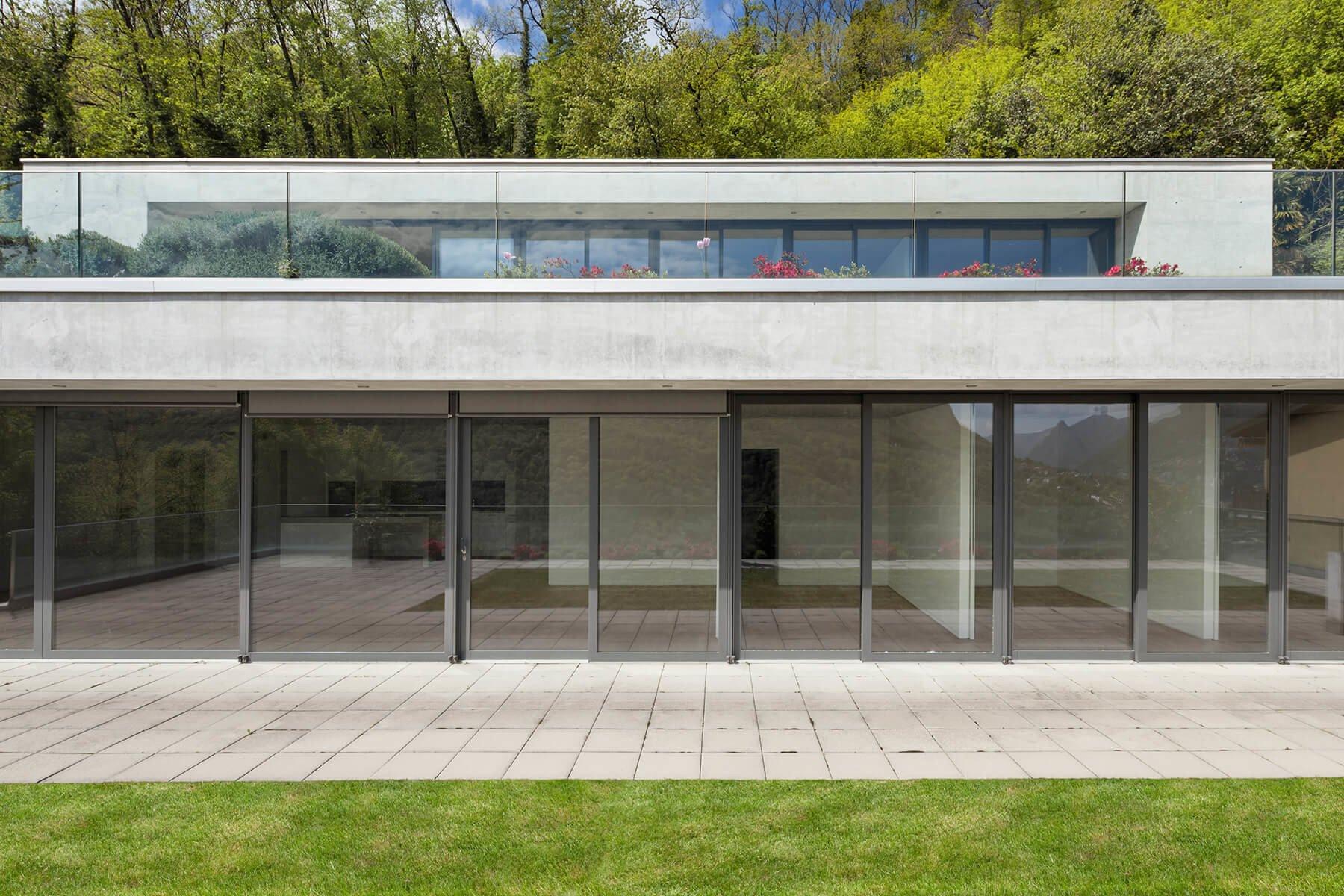 Vorgesetzte Glasbrüstung ideal für Dachterrassen  und Balkone mit moderner Optik
