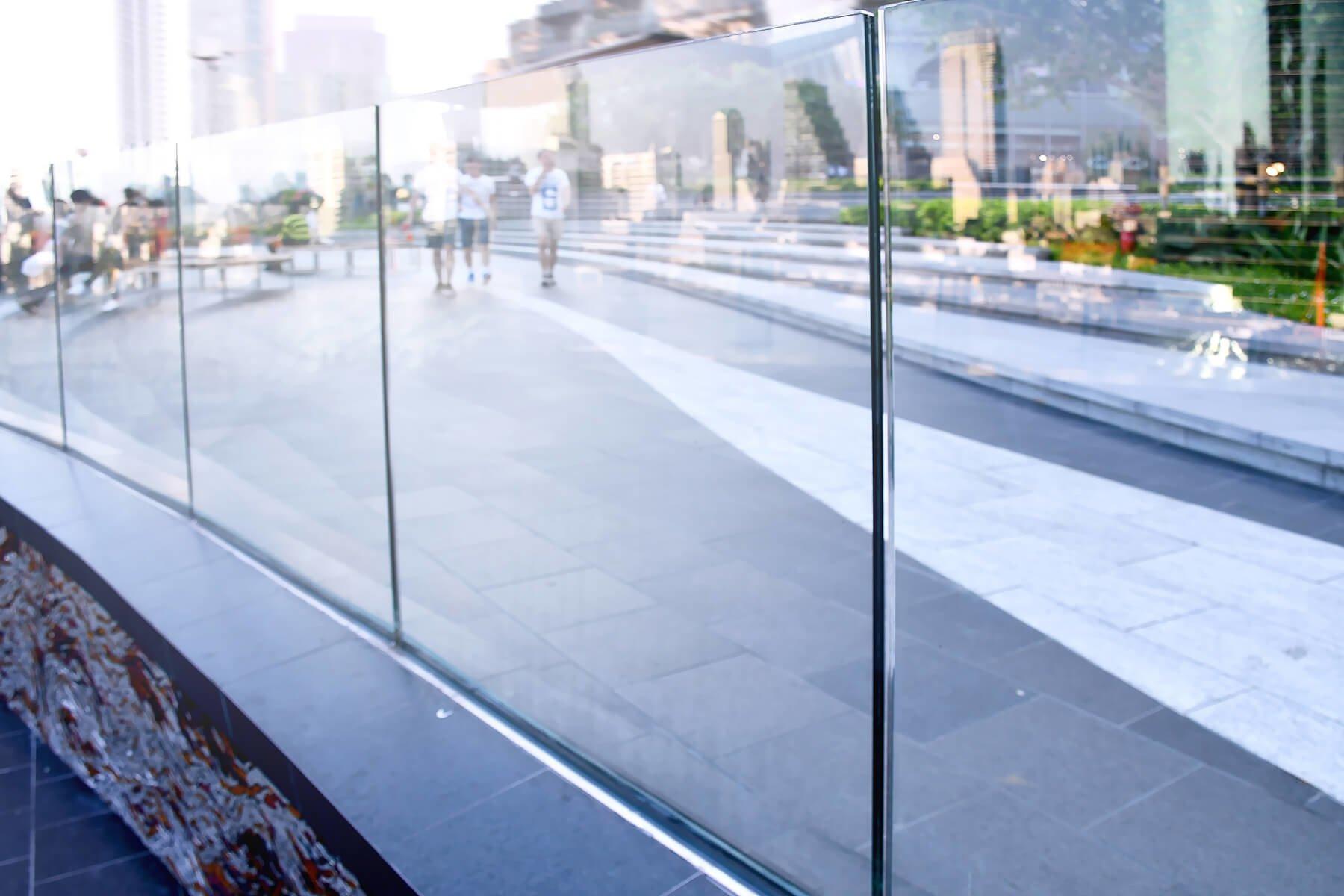 Glasbruestung aus Klarglas mit offenem Blick in die Stadt und maximaler Transluzenz
