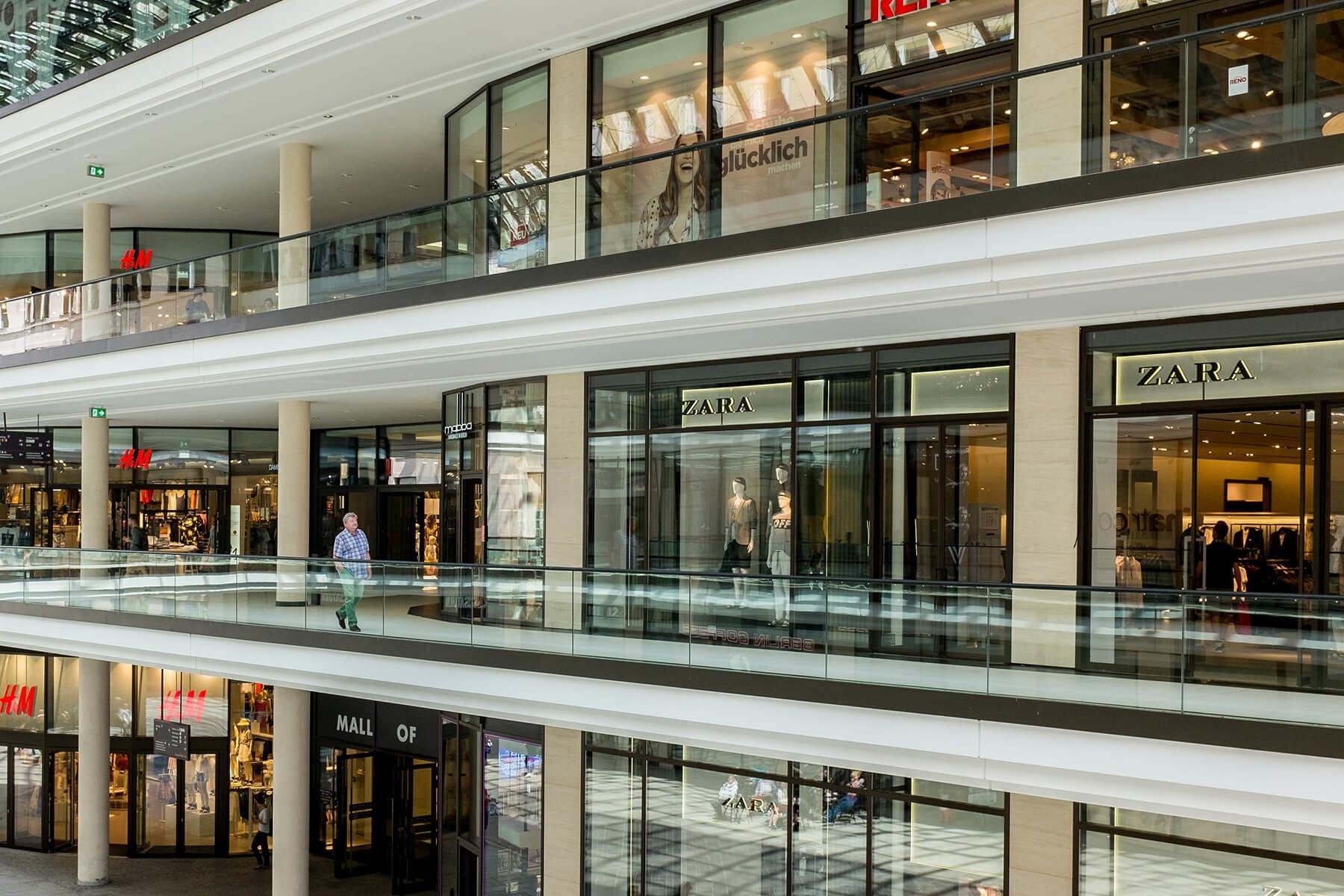 Glasgelaender Baldosa mit Abp ideal fuer oeffentliche Bereiche wie Einkaufszentren