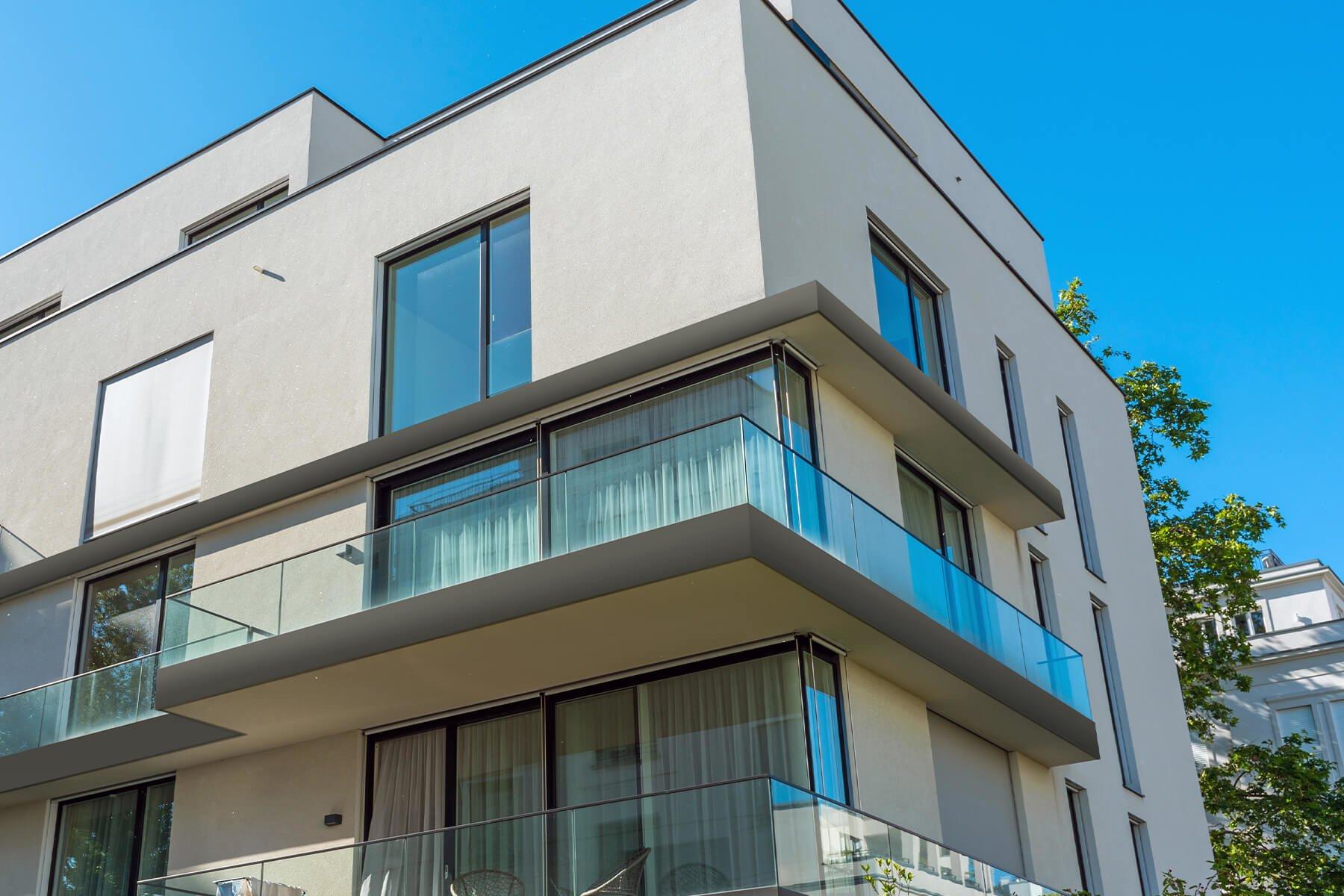 Hochwertiges Glasreling optimal fuer Mehrfamilienhauser