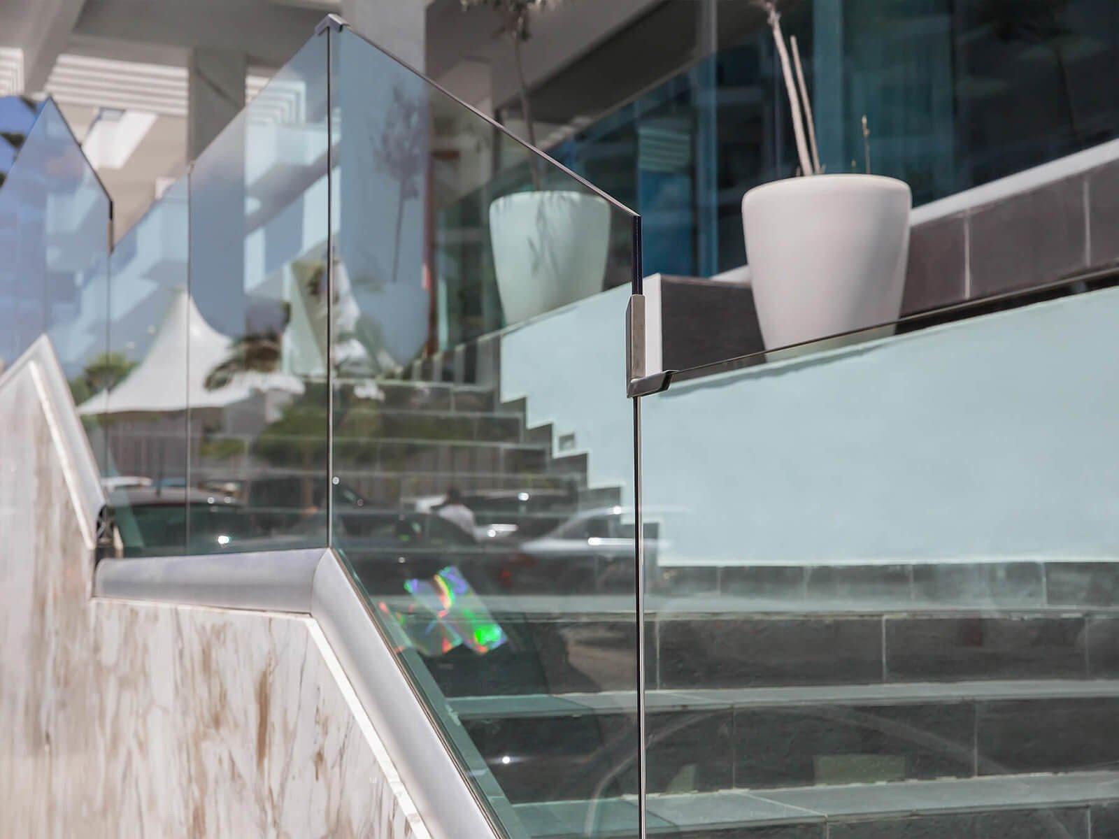 Glasgeländer CLIP im hochwertigen Design ideal fuer moderne Architekturindividuell nach Mass im