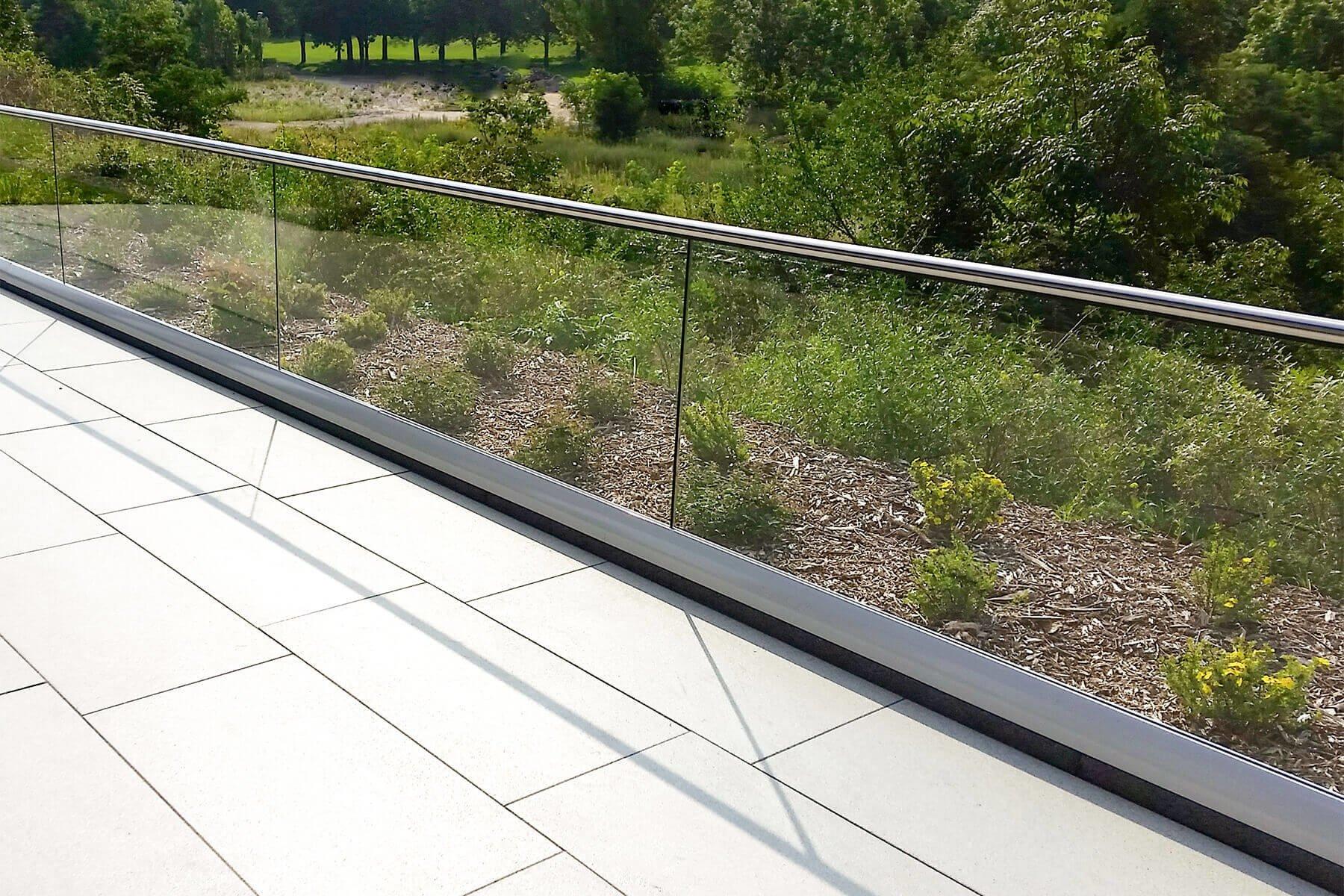 Glasgelaender CLIP mit variabler Abdeckung im eckigen oder runden Design