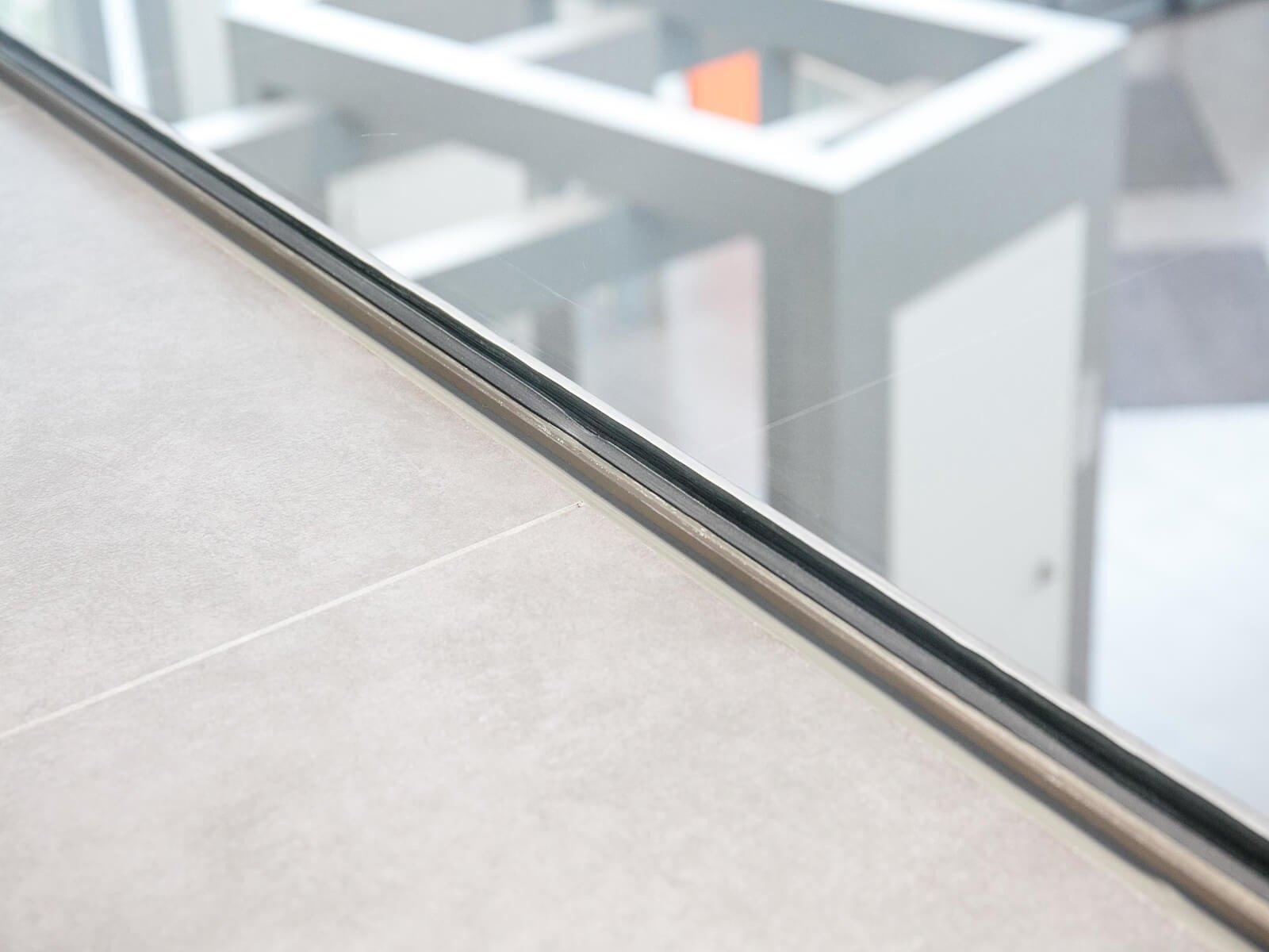 Aufgesetzte Glasbrüstung DELGADO individuelle Maßanfertigung ideal für Balkon Empore bündig zur Absturzkante
