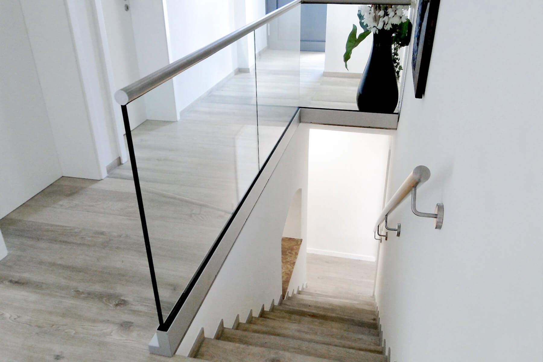 Aufgesetzte Glasbrüstung mit seitlichem Befestigungsflansch ideal als Absturzsicherung für Treppen modern und stilvoll