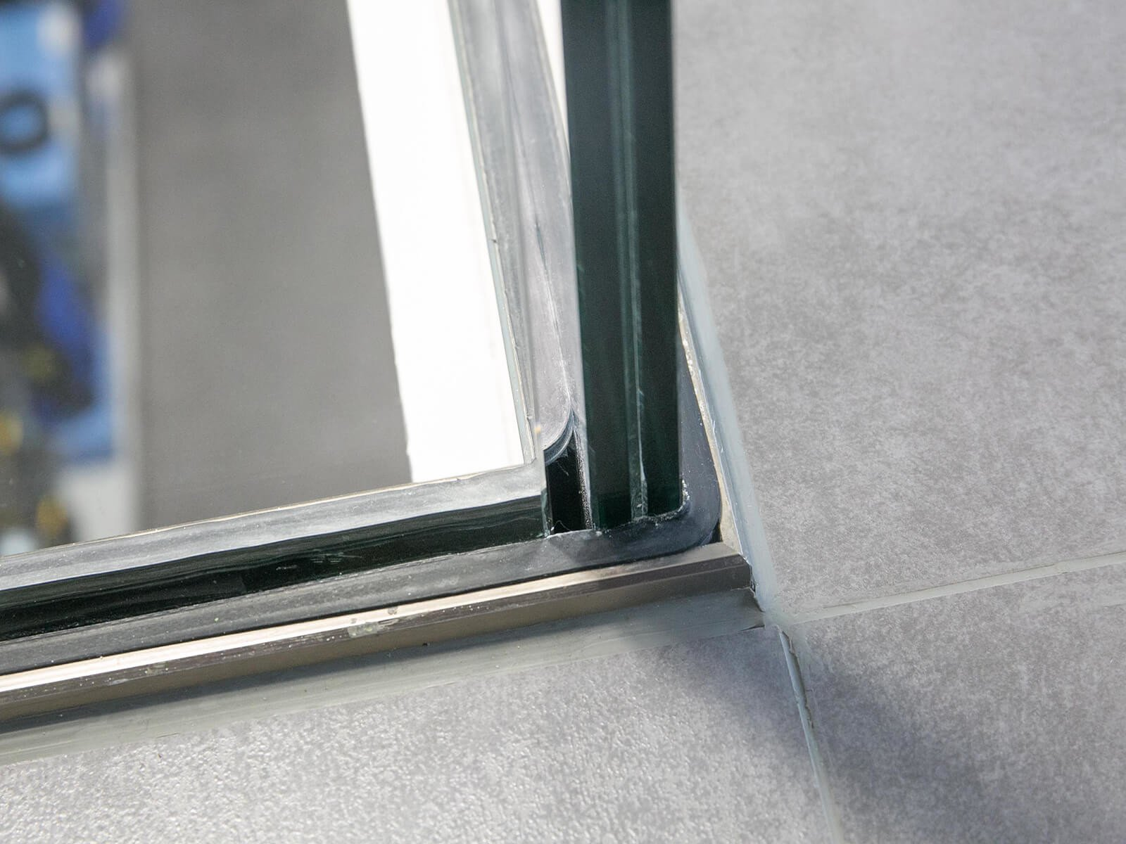 Brüstungsgeländer aus Glas DELGADO ideal für Balkon Galerie und Empore mit seitlichem Befestigungsflansch