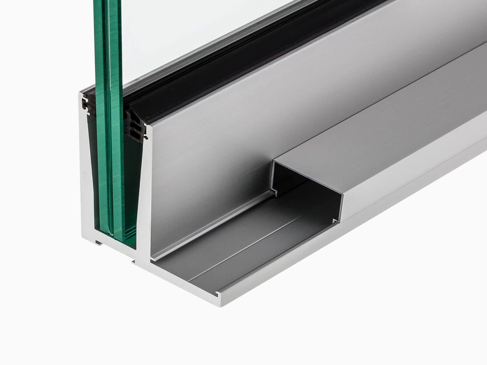 Glasbrüstung aus Edelstahl mit zusätzlichem Befestigungsflansch für die bündige Montage zur Absturzkante