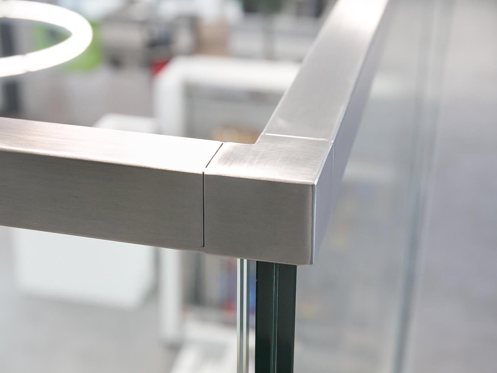Glasbrüstung DELGADO mit hochwertigem Kantenschutz effektiver Schutz vor Delaminierung und Stoss