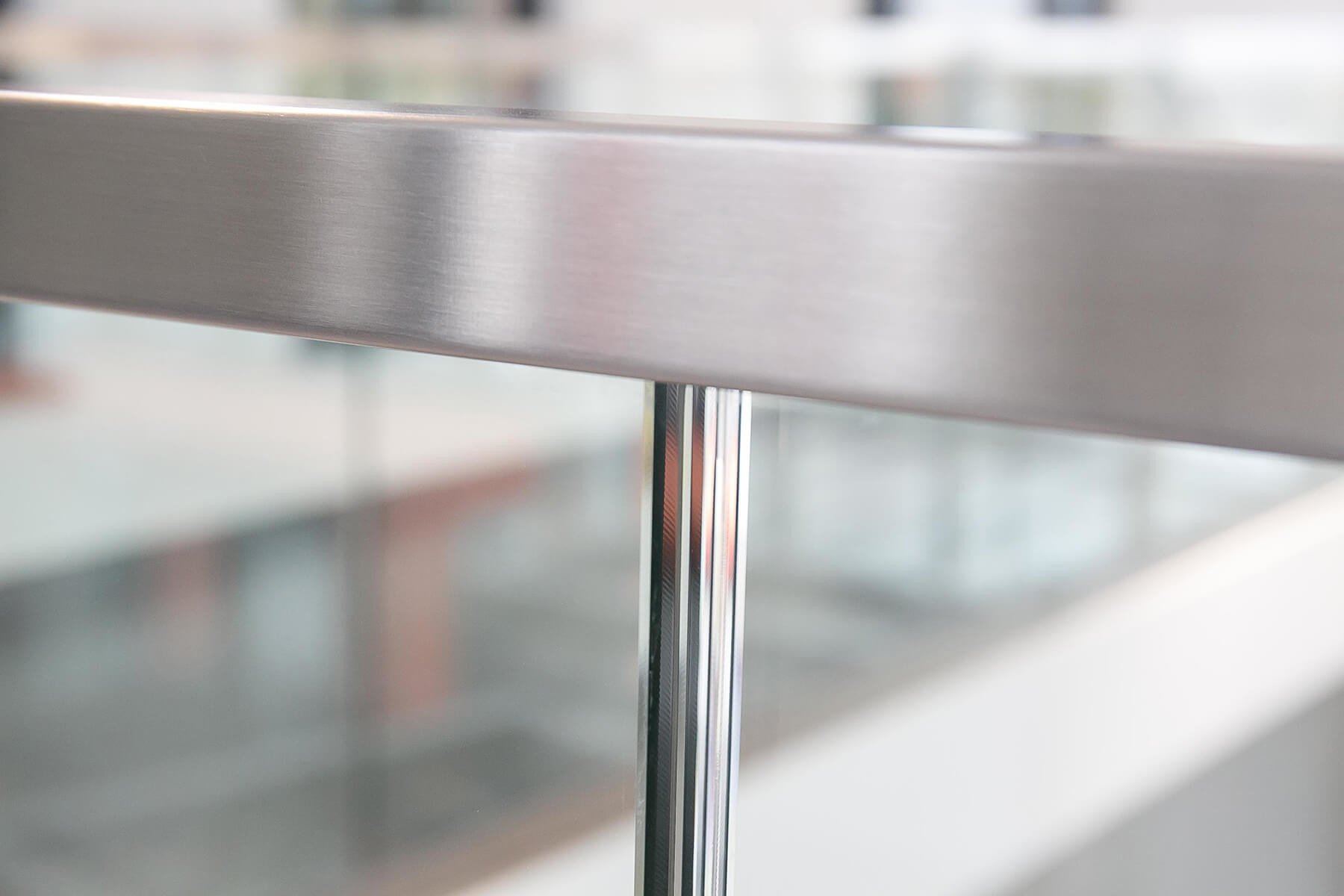 Glasbrüstung DELGADO mit Kantenschutz schützt effektiv vor Stoß und Delaminierung