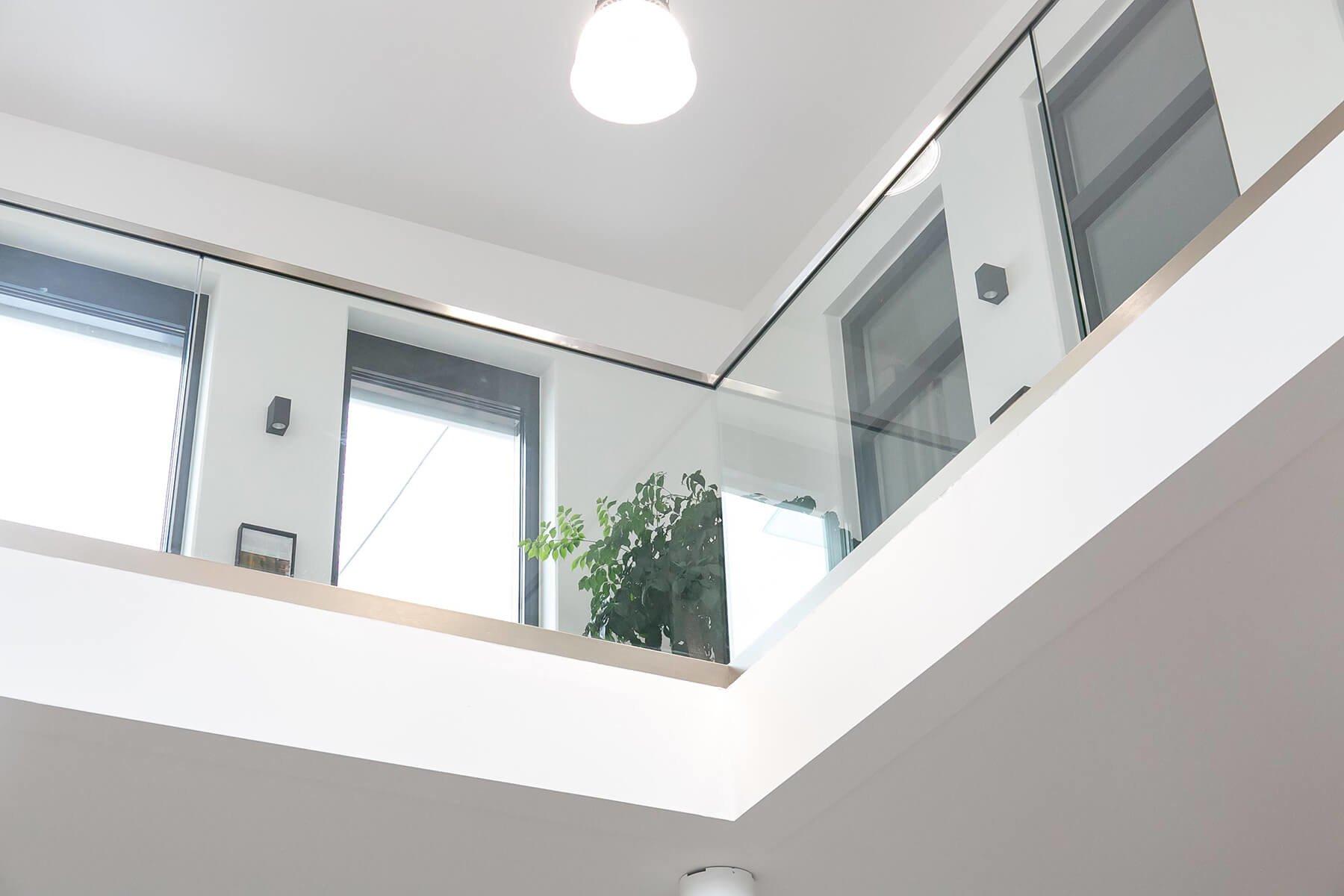 Glasbrüstungssystem DELGADO als Absturzsicherung aus Glas im Innenbereich moderne und elegante Optik ideal für Büros Hotels Restaurants