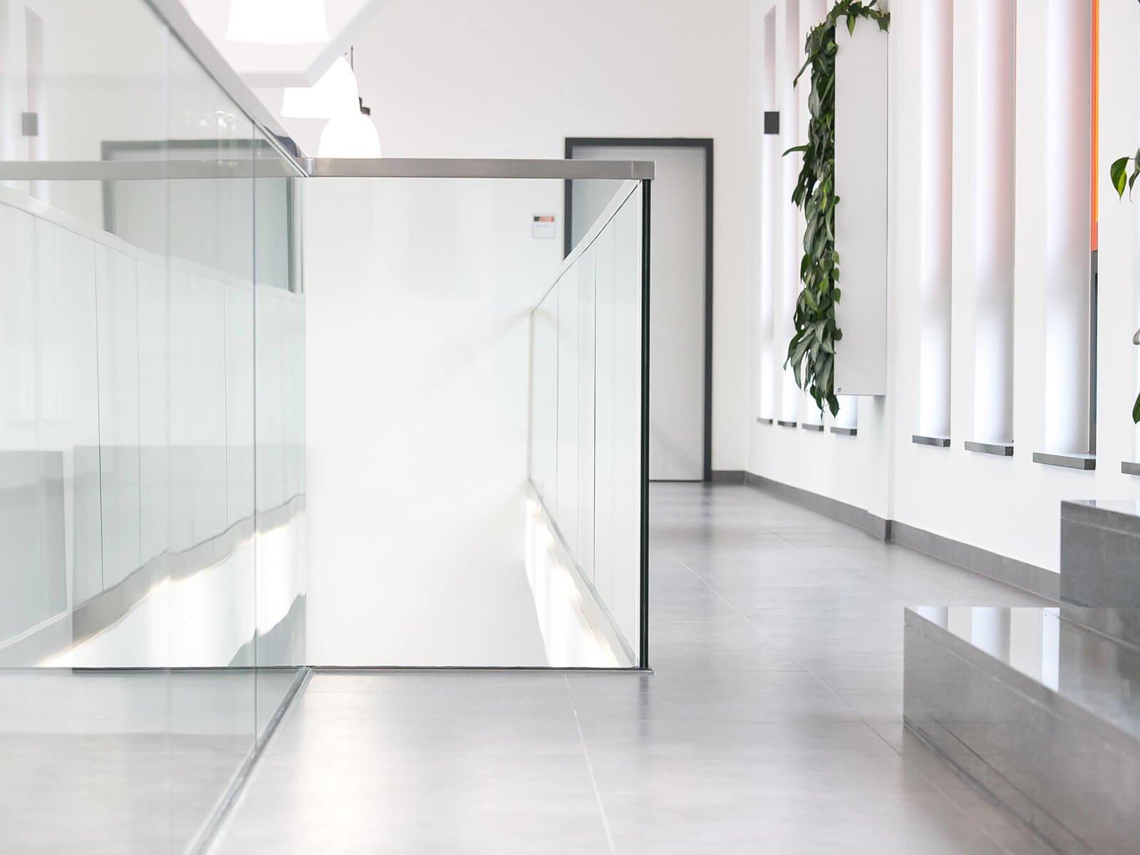 Glasrailing DELGADO für innen und aussen die hochwertige stilvolle elegante Lösung für Absturzsicherungen mit AbP