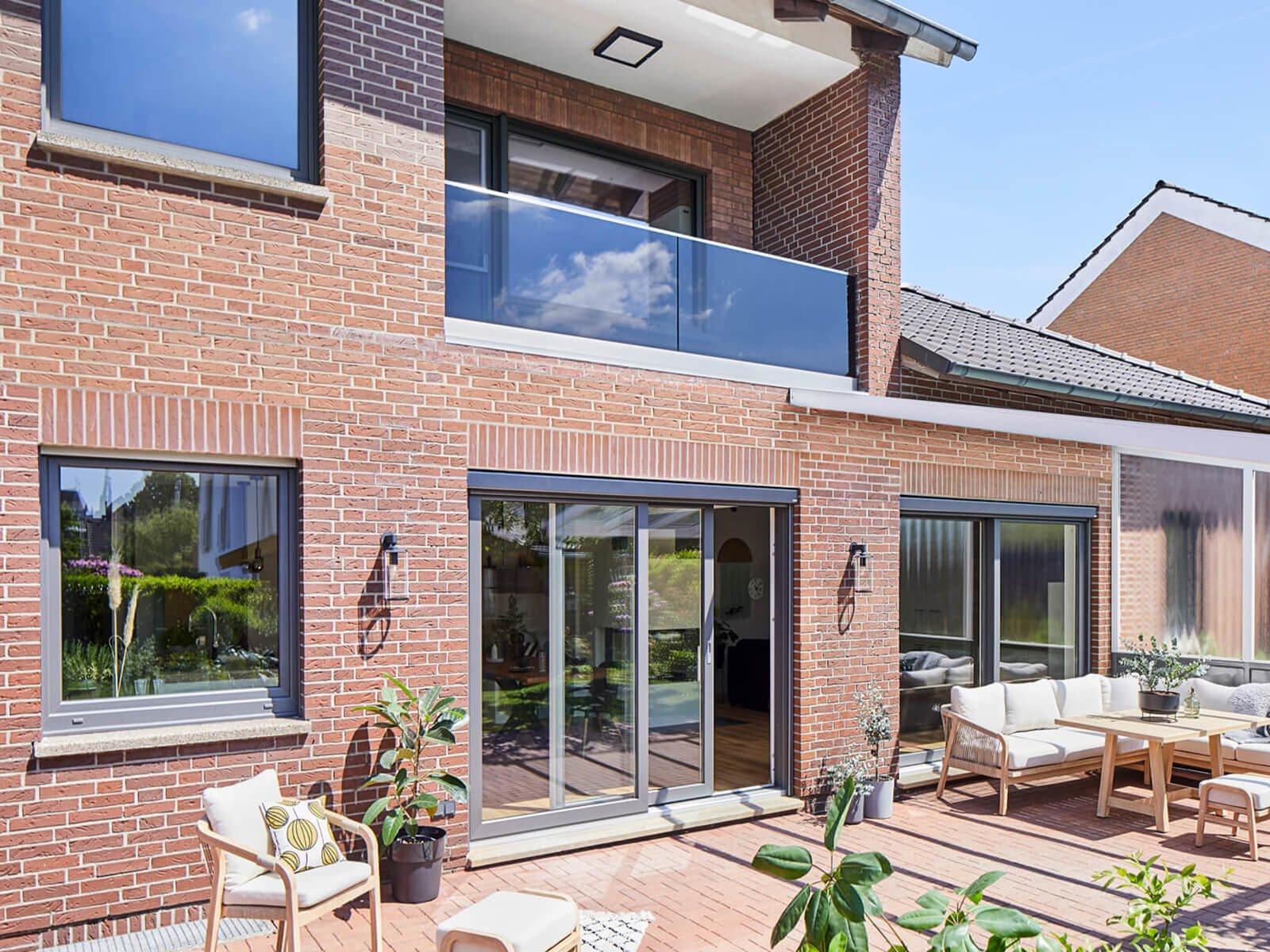 Hochwertiges modernes Glasrailing DELGADO als Absturzsicherung für Balkon mit AbP