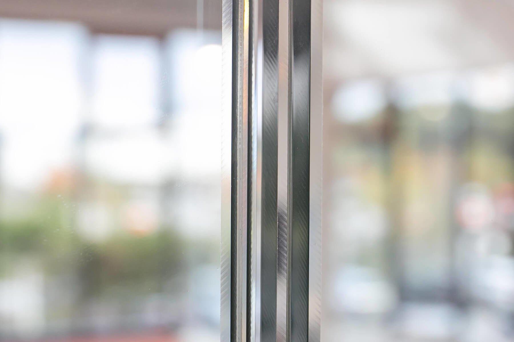 Maximale Verarbeitungsqualität des Glasgeländer DELGADO Nahaufnahme der Gläser