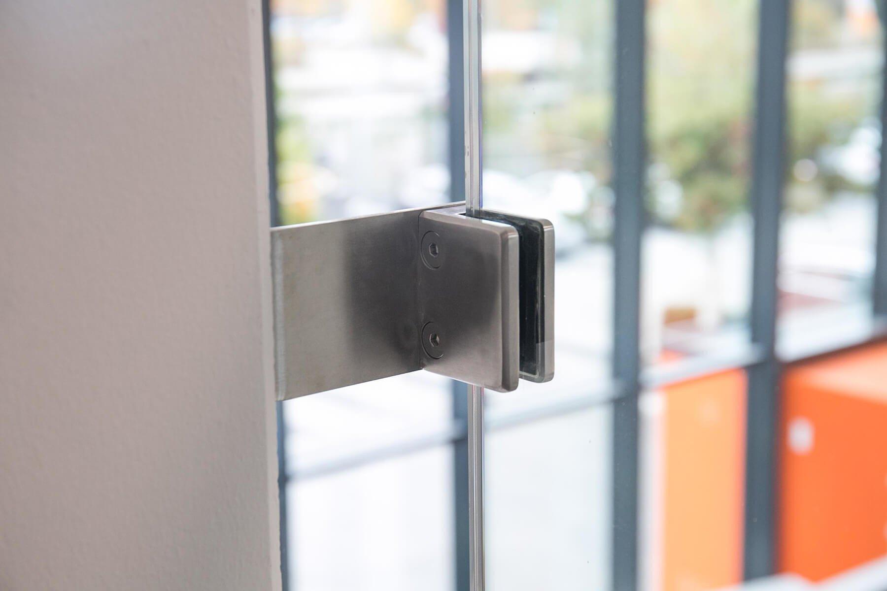 Stabilisierung der Glasbrüstung durch eine extra Glasklemme aus Edelstahl
