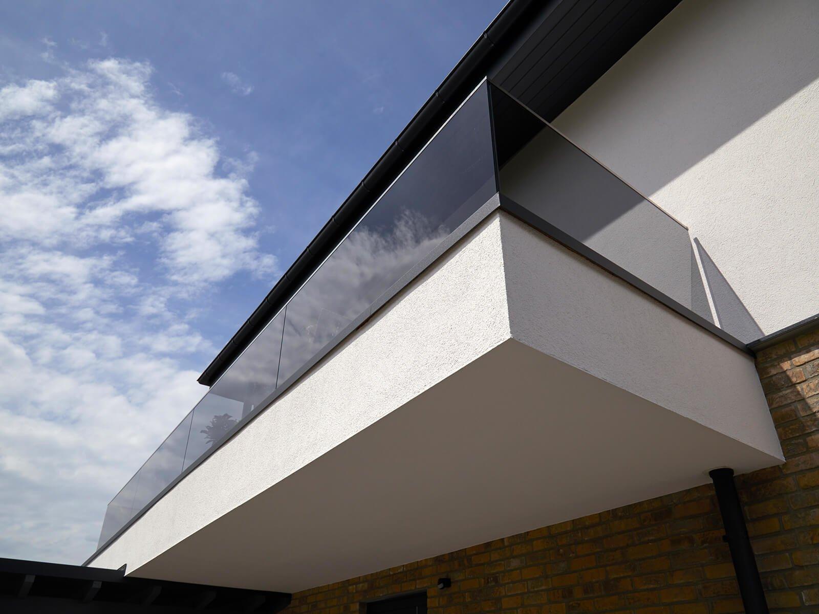 Balkongeländer FORMAL zur aufgesetzten Montage flexibler Einsatz dank schmalem Profil ideal für Innen und Außenbereiche