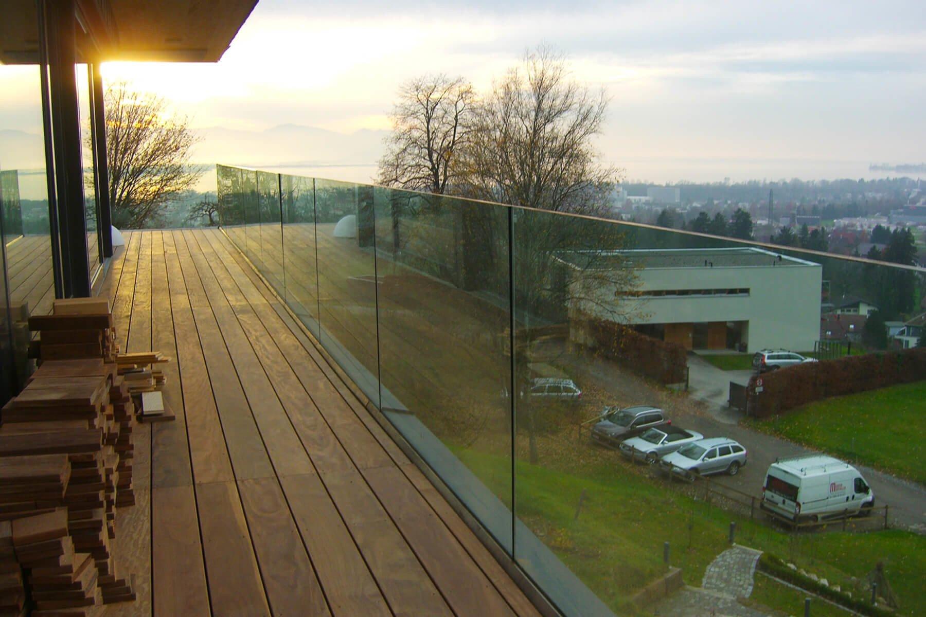 Elegante Glasbrüstung FORMAL aus Klarglas mit offenem Blick in die Landschaft
