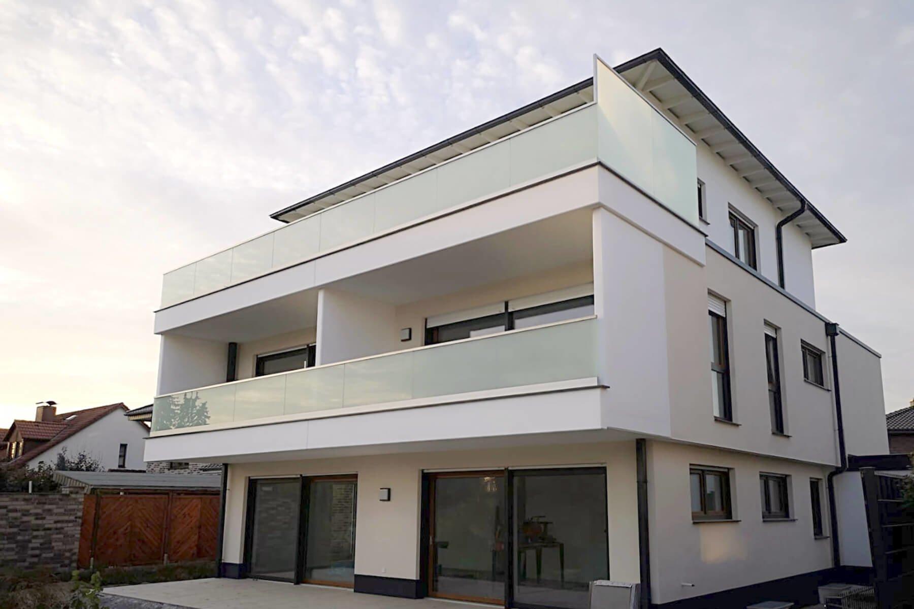 Modernes Mehrfamilienhaus mit Glasgeländer FORMAL als Absturzsicherung für Balkon und Dachterrasse