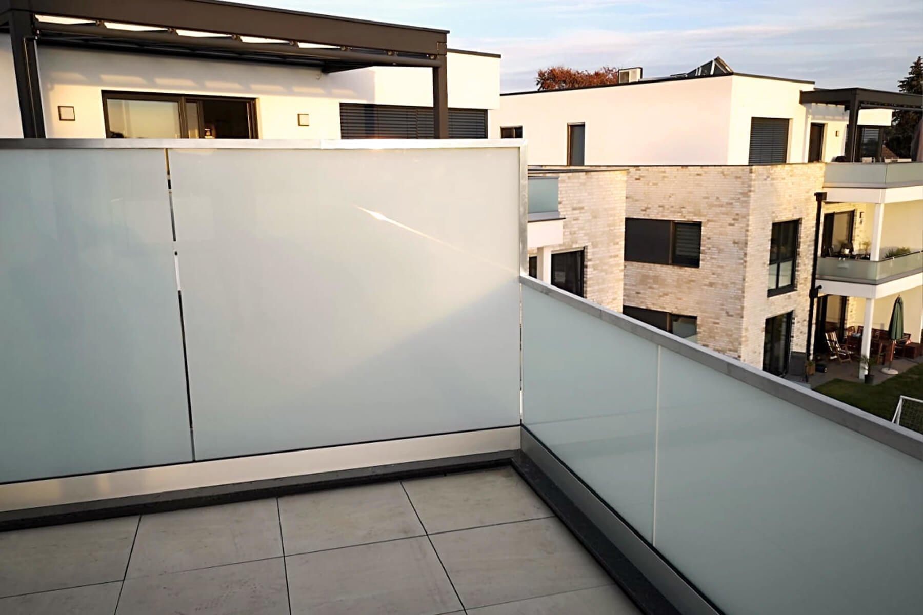 Reling aus Glas für Balkon oder Dachterrasse nach Maß mit Übergang und satiniertem Glas ideal als Sichtschutz